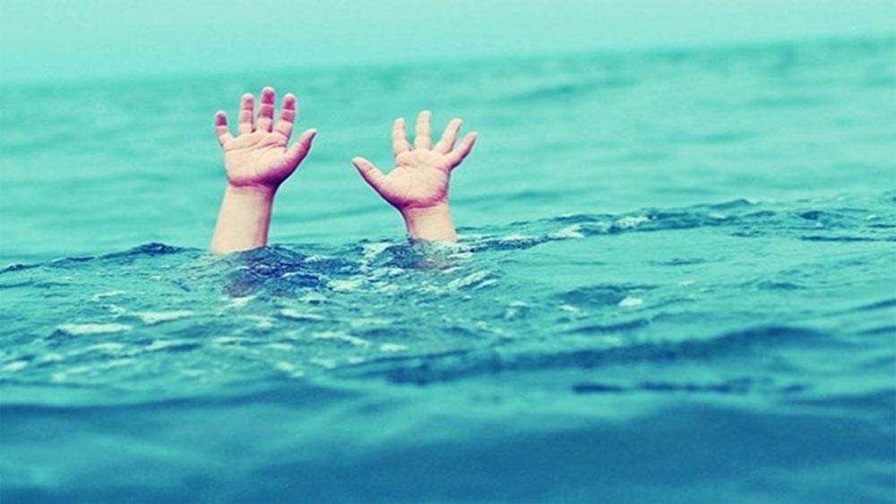 12 học sinh cấp 2 đi tắm biển, 4 em bị sóng cuốn